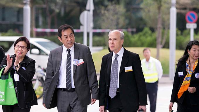 Kornberg教授和于常海教授步行前往香港科学园阶梯教室参加Roger Kornberg教授与香港中学生见面交流会活动